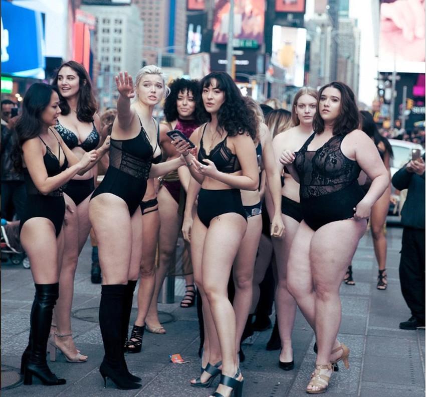 Modelos curvy colapsan Times Square en contra de Victorias Secret.