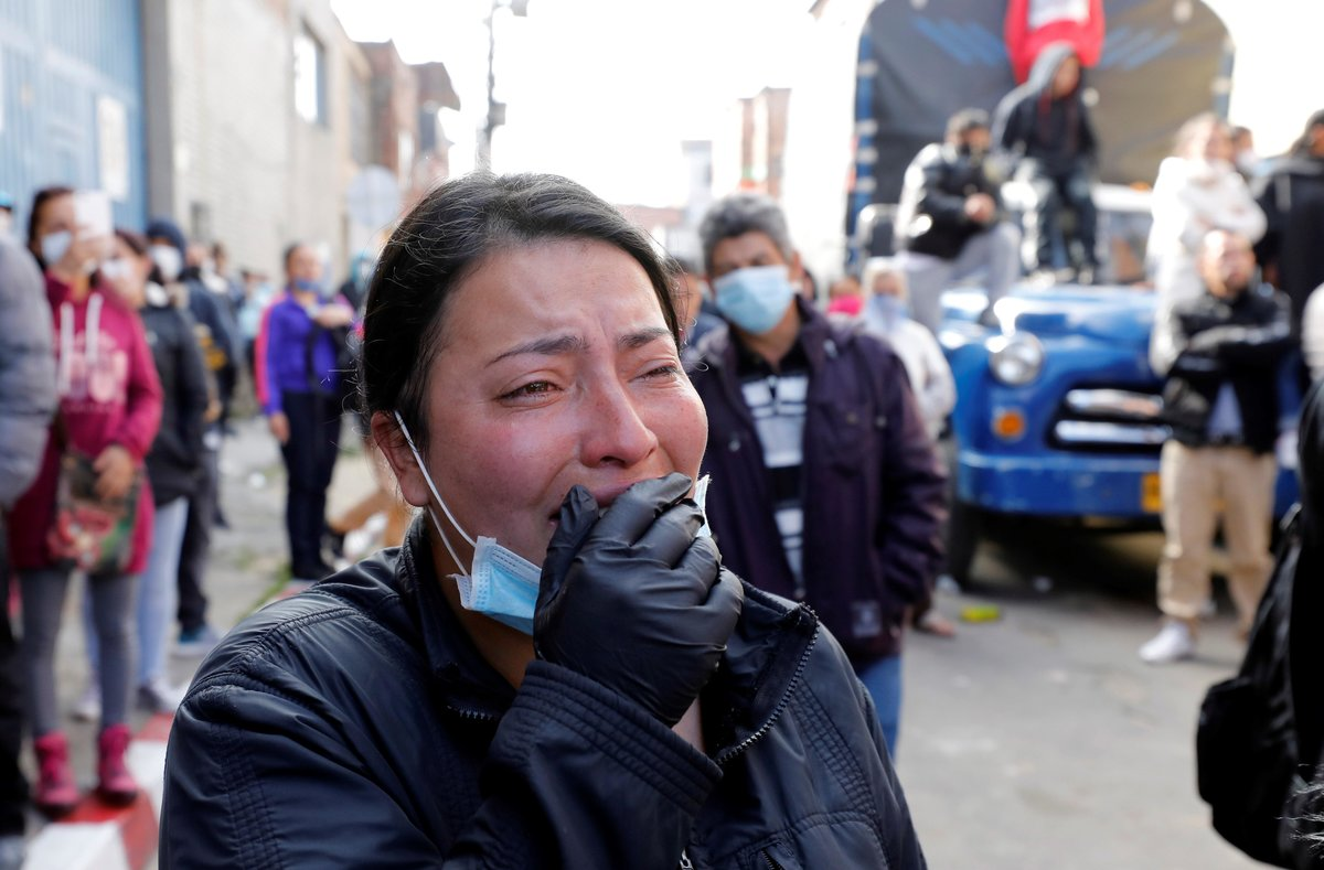 AME6952. BOGOT? (COLOMBIA), 22/03/2020.- Una familiar de un recluso llora este domingo luego de un mot?n, en la c?rcel Modelo de Bogot? (Colombia). Al menos 23 presos murieron y 83 resultaron heridos en la c?rcel Modelo de Bogot? durante los motines de anoche en varias prisiones colombianas en protesta por el hacinamiento y la falta de elementos para prevenir el contagio de coronavirus, inform? este domingo la ministra de Justicia, Margarita Cabello Blanco. EFE/Mauricio Due?as Casta?eda