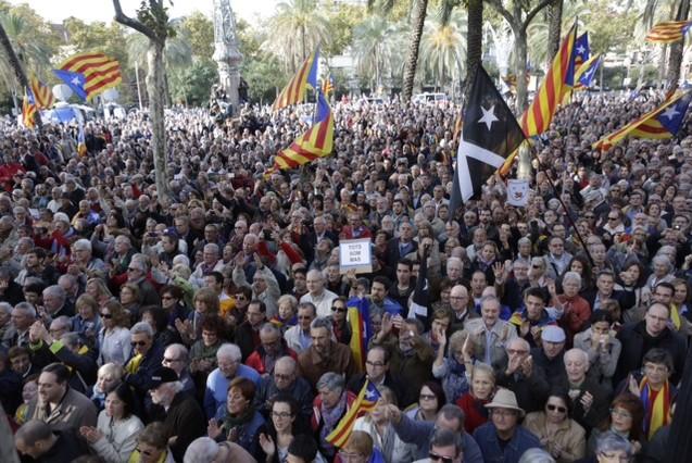 Multitud concentrada a las puertas del Palau de Justícia para mostrar su apoyo al 'president' Mas.