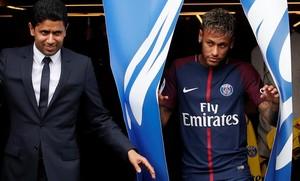 Nasser Al-Khelaifi, presidente catarí del PSG, y Neymar, salen al césped del Parque de los Príncipes.