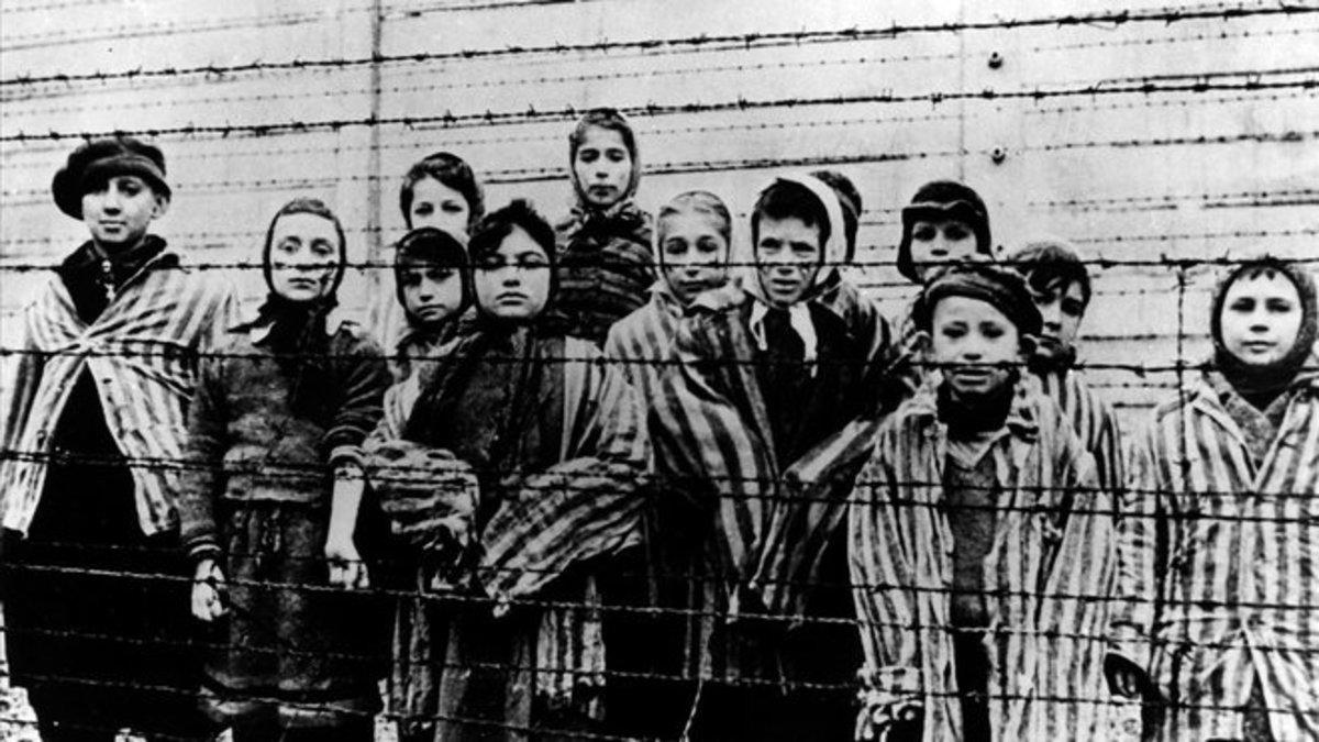 Niños prisioneros en Auschwitz justo después de la liberación del campo por los aliados