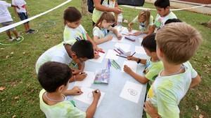 Set-cents nens participen en els campaments Baobab