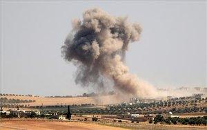 Ondas de humo durante los bombardeos pro-régimen en el área de Maar Hitat en la provincia de Idlib, en el norte de Siria, el 20 de agosto de 2019
