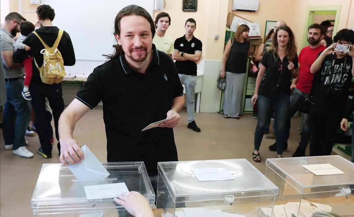 Pablo Iglesias vota en el colegio La Navata, de Galapagar.
