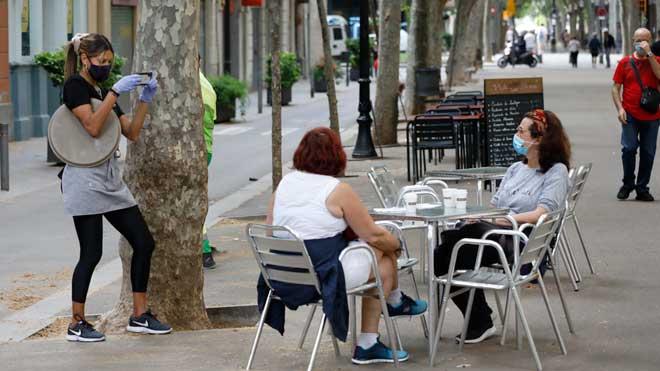 La pandemia de coronavirus deja 345.000 muertos y 5,4 millones de contagiados en todo el mundo. En la foto, unas mujeres desayunan en una de las primeras terrazas en abrir en la rambla de Poblenou, en Barcelona.
