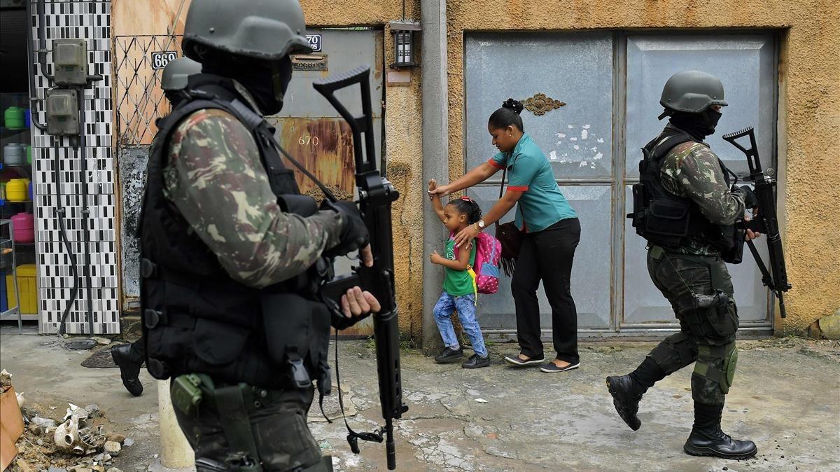 Patrulla militar en Vila Kennedy, una favela de Río de Janeiro.