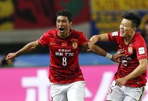 Paulinho celebra con Zou Zheng el gol que ha clasificado al Guangzhou chino para jugar ante el barça la semifinal del Mundial de Clubs.