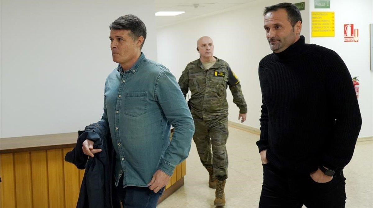 Pedro Morilla, izquierda, y Oliver Cuadrado, en el hospital Gómez Ulla de Madrid acompañados por un militar.