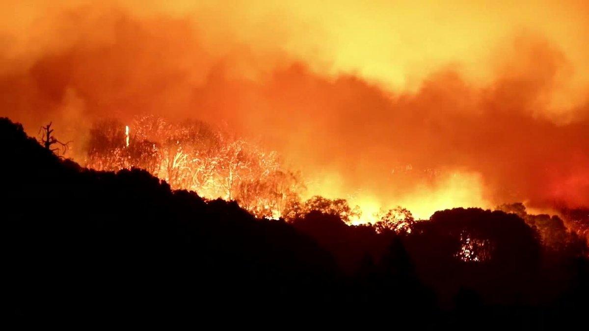 El incendio de Creek ha arrasado ya más de 145.000 acres de bosque cerca de Shaver Lake en el Bosque Nacional Sierra, California. Ha calcinado dos docenas de casas en el pequeño pueblo de Big Creek y ha obligado a evacuar por completo a la población de Auberry, de 2.500 habitantes.