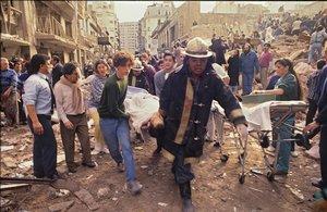Personal de rescate trabaja tras el atentado contra la mutua judía en Buenos Aires el 18 de julio de 1994.
