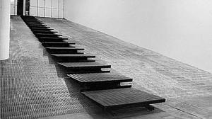 Plataforma diseñada por José Luis Alexanco en 1981 para la entrada de la Galería Ferrnando Vijande.