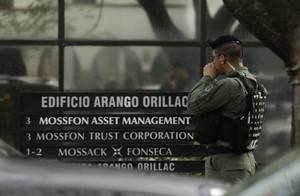 Un policía espera en la puerta de la sede de Mossack Fonseca en Ciudad de Panamá, este martes.