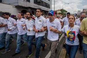 El líder opositor Henrique Capriles (segundo por la derecha) y la esposa del líder opositor Leopoldo López, Lilian Tintori, participan en una manifestación contra el gobierno nacional.