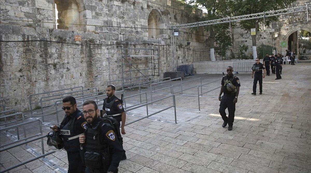 Policías israelís patrullas en Jerusalén.