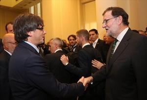 Carles Puigdemont y Mariano Rajoy se saludan durante la inauguración de una exposición sobre Miró en Oporto, el pasado 30 de septiembre.