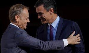 El presidente del Consejo Europeo, Donald Tusk, y el presidente español, Pedro Sánchez, se saludan durante un encuentro en Madrid el 6 de junio.