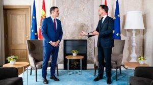 El presidente español, Pedro Sánchez, y el primer ministro holandés, Mark Rutte, antes de su reuniónsobre el fondo europeo poscovid, en La Haya, el 13 de julio.