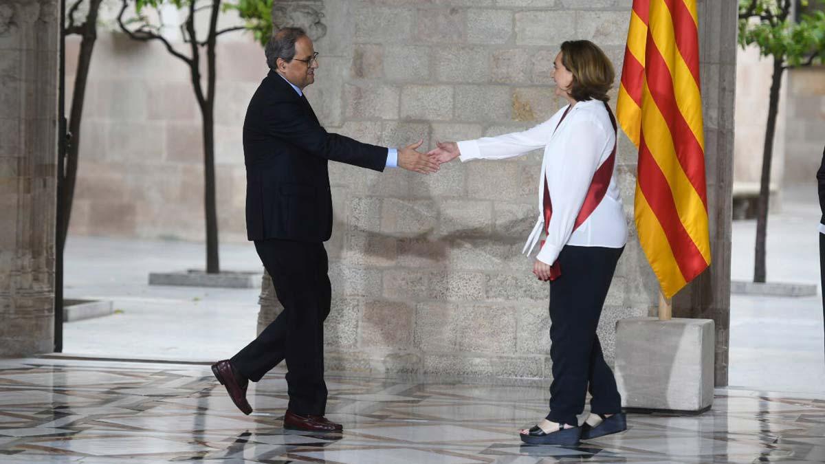 Primera reunión de la Comisión de Gobierno del Ayuntamiento de Barcelona. En la foto, Torra y Colau se saludan en la Generalitat.