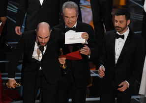 El productor de La La Land,Jordan Horowitz muestra la tarjeta que dice que Moonlight es la ganadora, ante la mirada de Warren Beatty y Jimmy Kimmel.