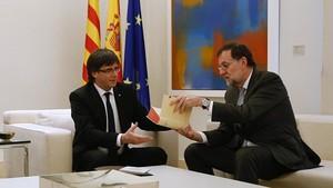Puigdemont y Rajoy, en la entrevista que mantuvieron en la Moncloa en abril del 2016.
