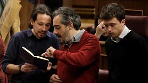 Raimundo Viejo charla con Pablo Iglesias e Íñigo Errejón en el hemiciclo el pasado miércoles.