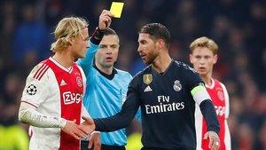 Ramos se disculpa con Dolberg, del Ajax, tras la amarilla provocada.