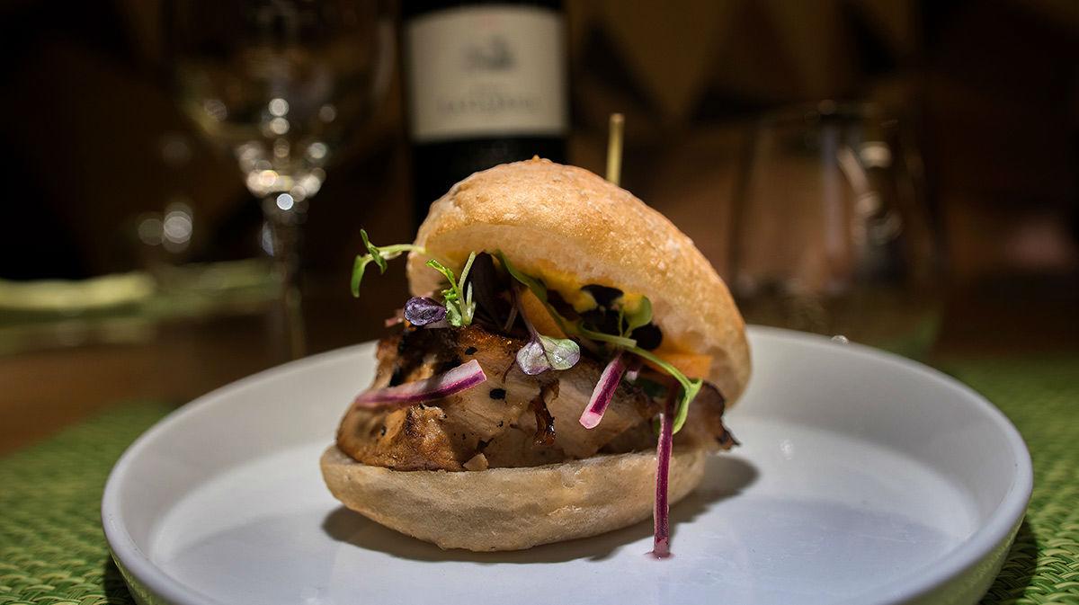 El xef Santiago Forero, del restaurant Ají, tensenya la recepta del sanguche de paamb llardó.