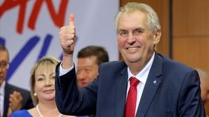 El reelegido presidente de la República Checa, Milos Zeman, tras conocer su triunfo electoral.