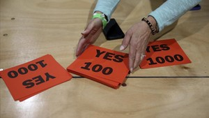 Papeletas del 'sí' en un colegio electoral de Dublín.