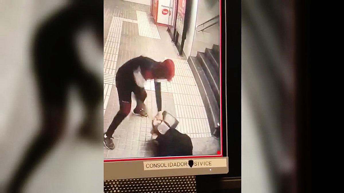 Brutal agresión para robar un bolso en el metro de Barcelona