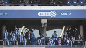 Un grupo de chinos acompañan a Chen Yansheng (a la derecha de la imagen)en uno de los palcos del estadio del Espanyol.