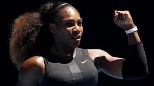Serena Williams celebra un punto en un partido.