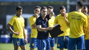 Rubi da instrucciones a sus jugadores en un entrenamiento de esta semana en Sant Adrià.