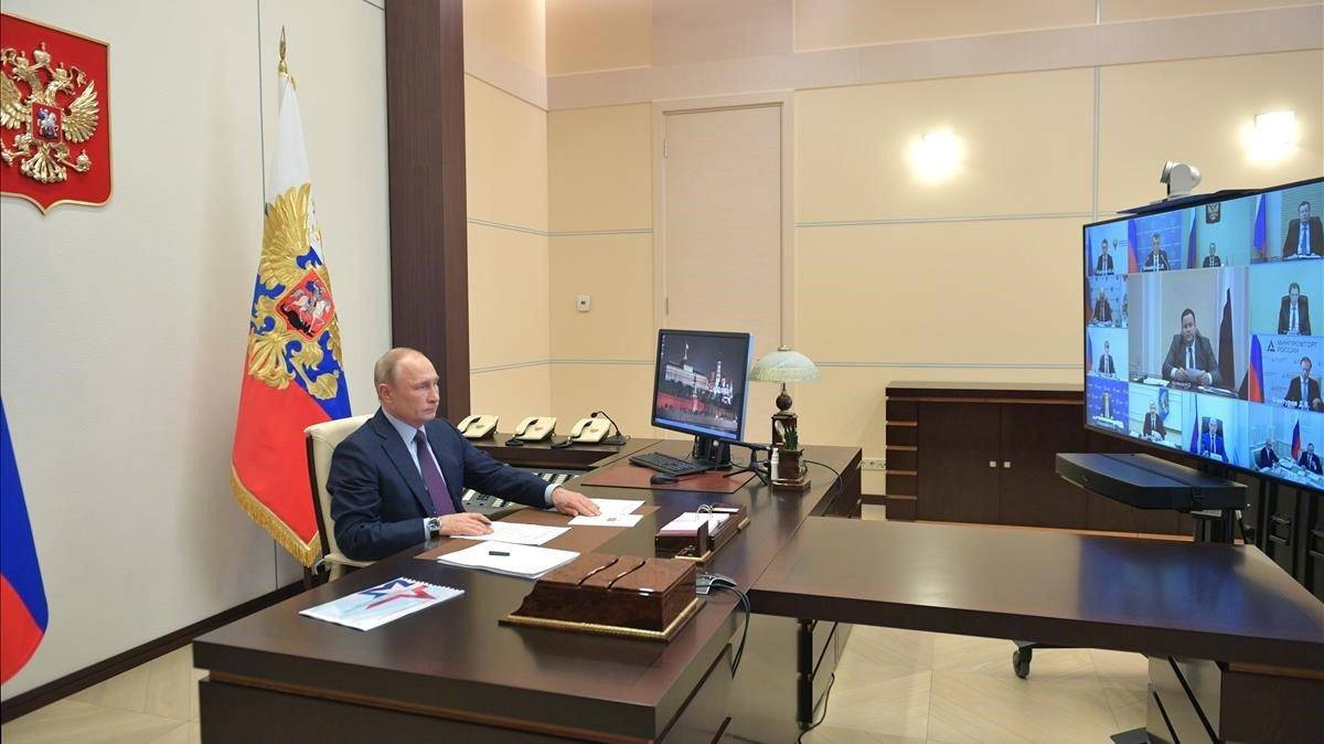 Putin durante una teleconferencia en su residencia oficial deNovo-Ogaryovo, a las afueras de Moscú.