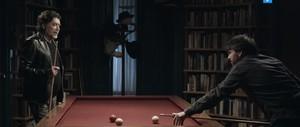 Sabina y Évole, jugando a billar en la promo de 'Salvados'.