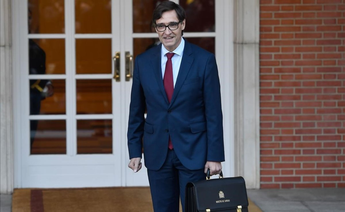 Salvador Illa, con su cartera, a su llegada a la Moncloa.