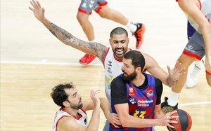 Mirotic controla un balón, en la semifinal contra el San Pablo Burgos.