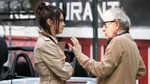 Selena Gomez escucha a Woody Allen, en pleno rodaje en las calles de Nueva York, el 11 de septiembre.