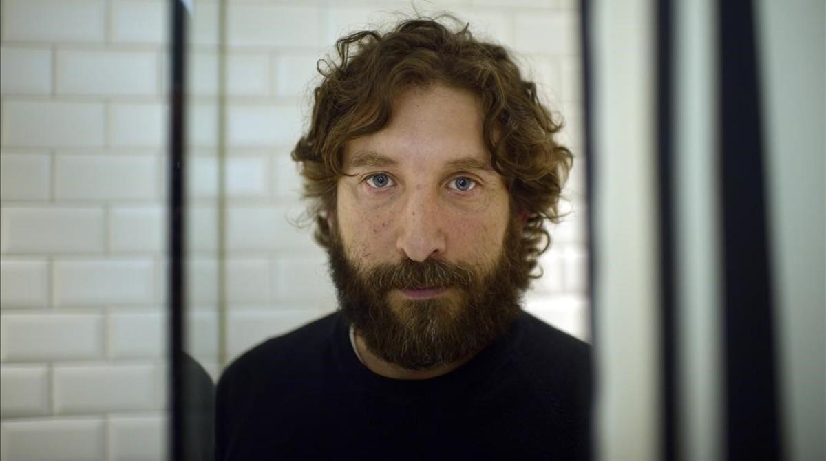 Sergio G. Sánchez, que debuta en la dirección con El secreto de Marrobone, en una suite del hotel María Cristina de San Sebastián.
