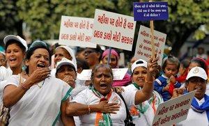 Simpatizantes del principal partido opositor de la India gritan consignas durante una protesta contra la presunta violación y asesinato de una mujer de 27 años en Ahmedabad.