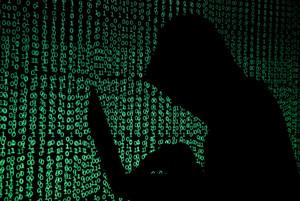 La sombra de un hombre se proyecta sobre cibercódigos.