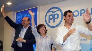 Soraya Sáenz de Santamaría, con el presidente provincial del PP en Granada,Sebastián Pérez, y el presidente del PP andaluz, Juan Manuel Moreno, el pasado 1 de julio, en Granada.