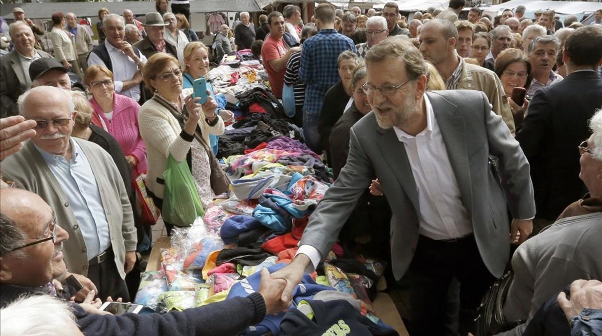 El líder del PP, Mariano Rajoy, durante un paseo electoral este lunes en Santa Comba (A Coruña), en apoyo de la candidatura de Alberto Nuñez Feijóo.