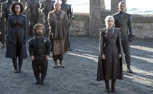 Tyrion (Peter Dinklage) y Daenerys (Emilia Clarke), con Lord Varys (Conleth Hill) entre ambos, detrás.