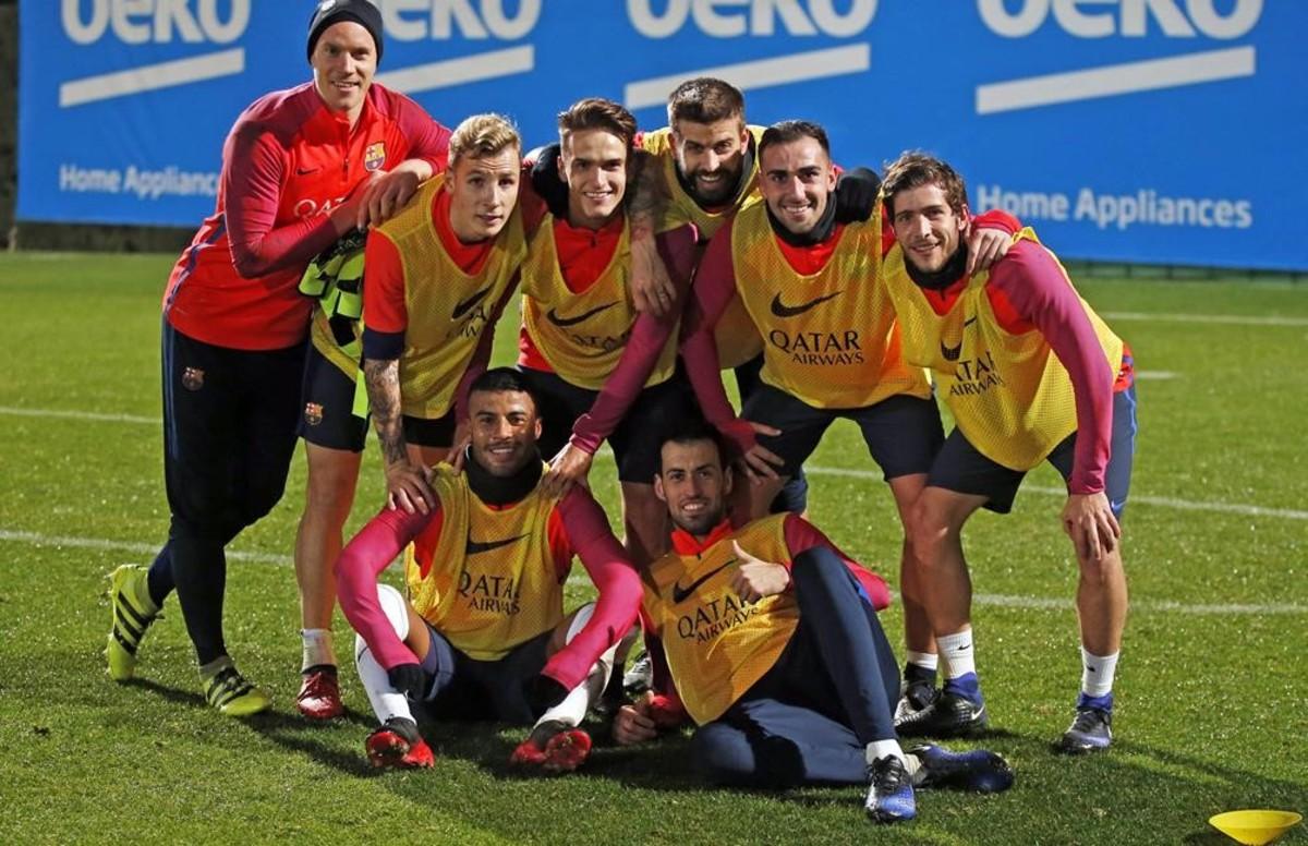 Ter Stegen, Digne, Denis, Piqué, Alcácer, Roberto, Rafinha y Busquets, se retratan en el entrenamiento.