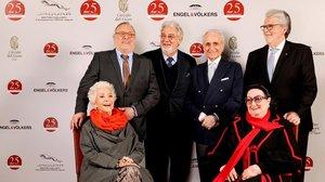 Teresa Berganza junto a Plácido Domingo y otros grandes nombres de la ópera española en la presentación de una revista.