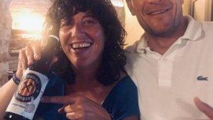 Teresa Jordà, consellera de Agricultura de la Generalitat, con la cerveza del lema 'Fuck Spain'.