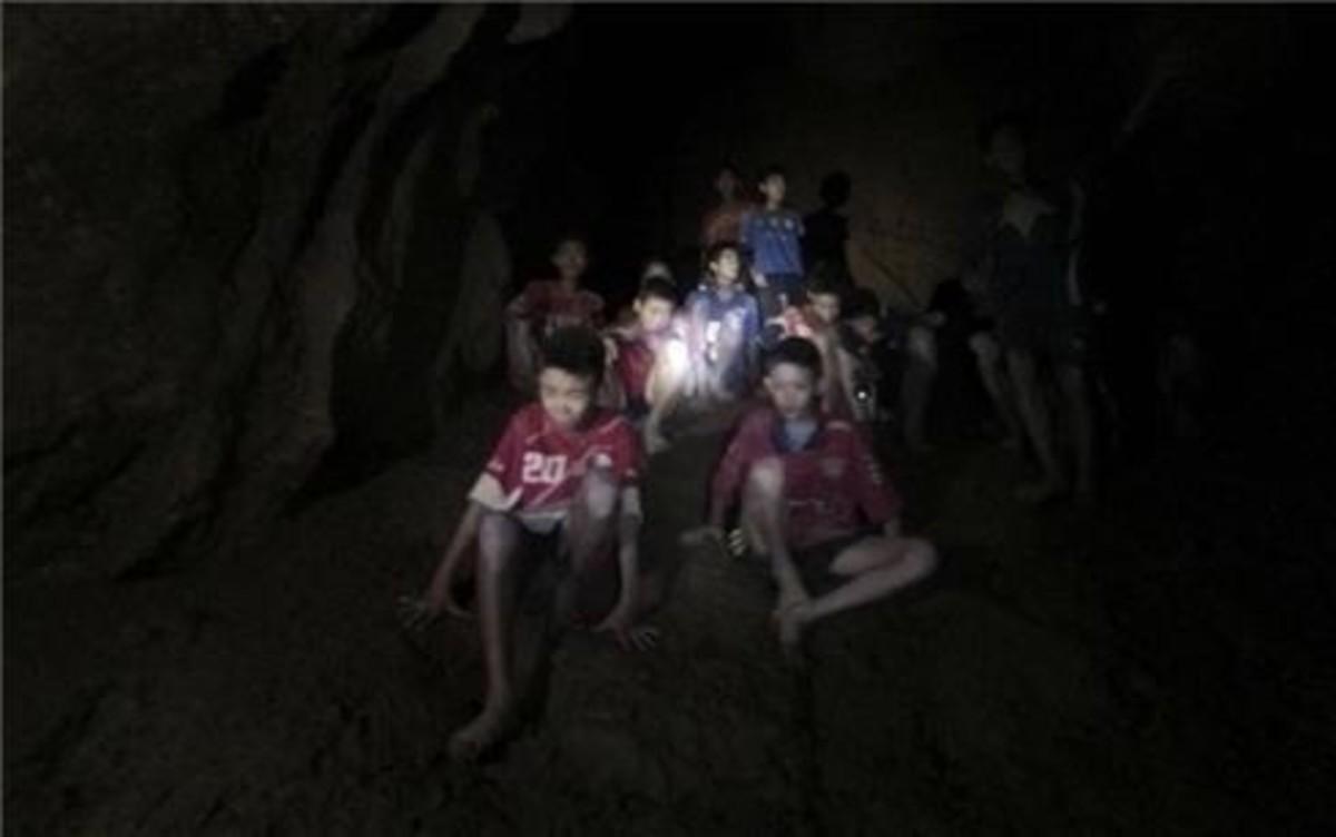 Imagen de los niños y el entrenador en la cueva parcialmente inundada.