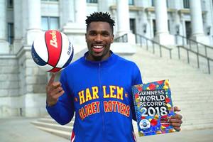 Thunder posando con el libro Guiness y un balón tras lograr el récord