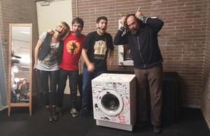 Susanna Griso, los Estopa y Mikel Urmeneta, junto a la navedora que hapuesto a subasta el dúo de Cornellà.